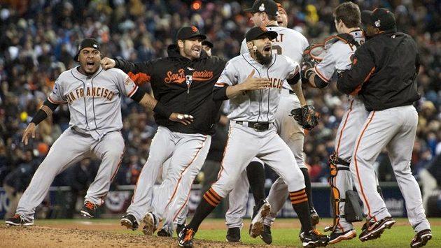 Baseballisté San Francisca se radují z titulu MLB.