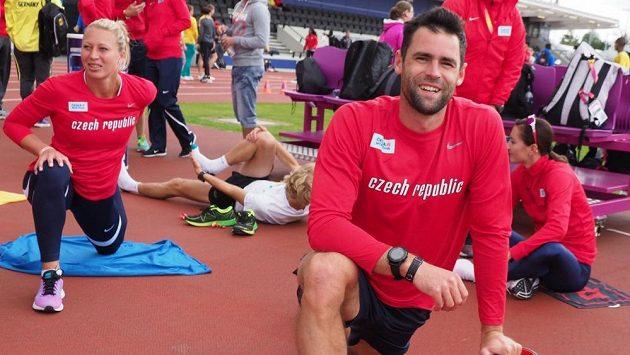 Tyčkař Jan Kudlička se rozcvičuje v Londýně spolu se svou přítelkyní Jiřinou Ptáčníkovou.