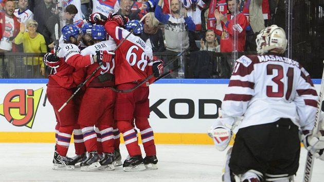 Čeští hráči se radují z gólu proti Lotyšsku. Oslavě přihlíží lotyšský brankář Edgars Masalskis (vpravo).