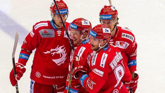 Hráči Třince se radují, zleva Michal Kovařčík, Jan Jaroměřský a Tomáš Kundrátek. Oceláři vyhráli na svém ledě i deváté ligové utkání v sezoně.