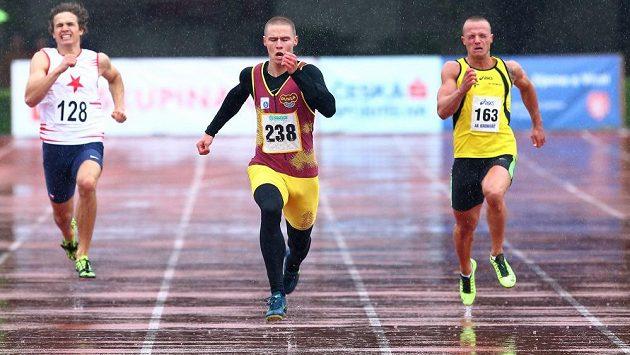 Pavel Maslák sprintuje při atletické extralize v Kladně, vlevo s ním bojuje Jan Jirka, vpravo Jan Veleba.