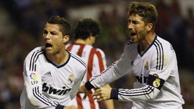 Záložník Realu Madrid Cristiano Ronaldo (vlevo) oslavuje se Sergiem Ramose jeden ze svých gólů do sítě Bilbaa.