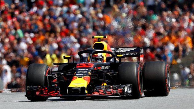 Max Verstappen s vozem Red Bull na okruhu ve Spielbergu.