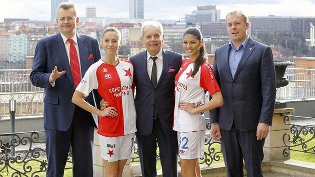 Slavia Praha představila nové dresy pro jarní část fotbalové ligy. Na snímku Jaroslav Tvrdík (vlevo), Jiři Šimáně a generální ředitel klubu David Trunda (vpravo).