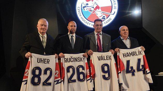 Do Síně slávy českého hokeje vstoupili (zleva) někdejší trenér Zdeněk Uher a bývalí hráči Martin Ručinský, Oldřich Válek a Roman Hamrlík, kterého zastoupil jeho otec Zdeněk Hamrlík.