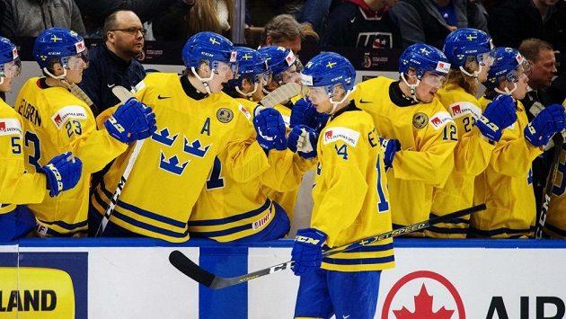 Švédský útočník Elias Pettersson slaví se spoluhráči gól na MS.