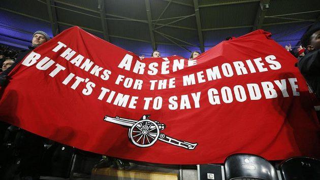 """""""Arséne, díky za vzpomínky, ale je čas se rozloučit,"""" vzkazují fanoušci Arsenalu kouči Wengerovi."""