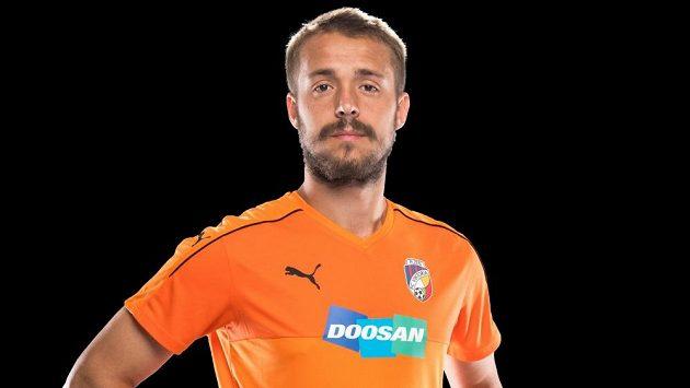 Luděk Pernica představuje nový oranžový dres Viktorie Plzeň.