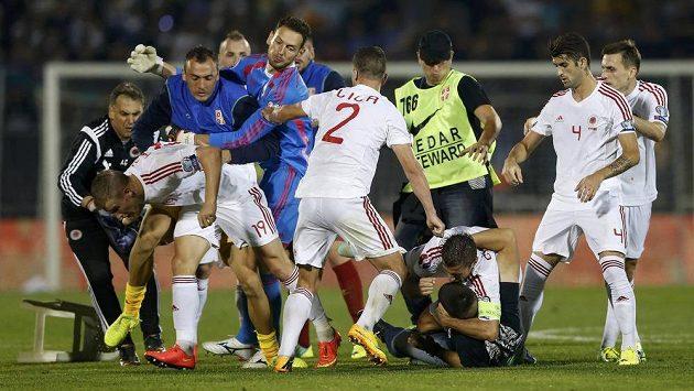 Mezi hráči Srbska a Albánie se strhla rvačka přímo na hřišti. Do té se zapojili i diváci.