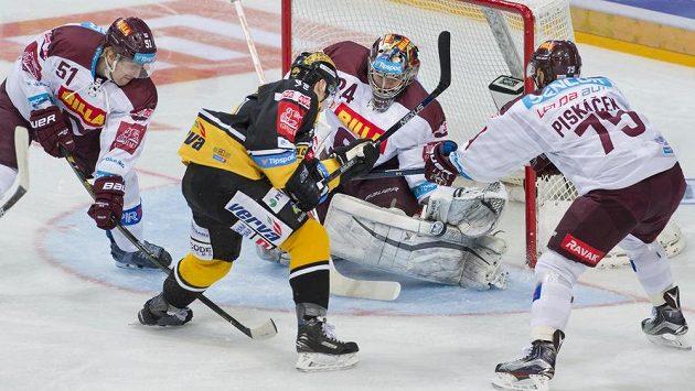 Litvínovský Jakub Černý se snaží ohrozit Tomáše Pöpperleho v bráně Sparty, situaci mu znepříjemňují Jan Švrček (vlevo) a Jan Piskáček.