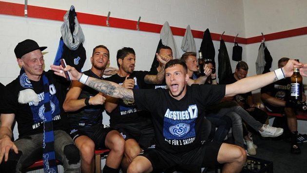 Radost fotbalistů Duisburgu po postupu do druhé německé ligy.