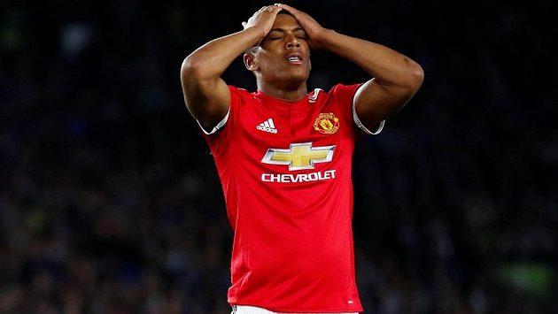 Fotbalista Manchesteru United Anthony Martial je zklamaný. Zahodil velkou šanci a favorit prohrál na půdě Brightonu.