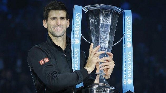 Novak Djokovič s trofejí pro šampióna Turnaje mistrů.