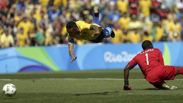 Brazilec Neymar se štěstím vstřelil první gól utkání už po patnácti vteřinách hry.