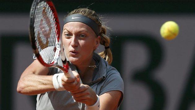Česká tenisová jednička Petra Kvitová odvrací na Roland Garros míček v duelu proti Kuzněcovové.