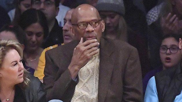Kareem Abdul-Jabbar na utkání NBA mezi Lakers a Milwaukee.