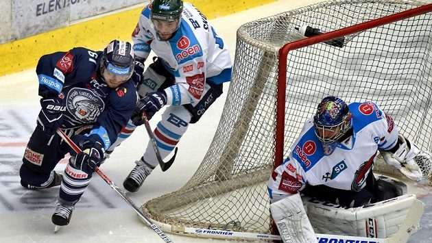 Liberecký Milan Bartovič se snaží překvapit chomutovského brankáře Jána Laca, brání mu Dávid Skokan.
