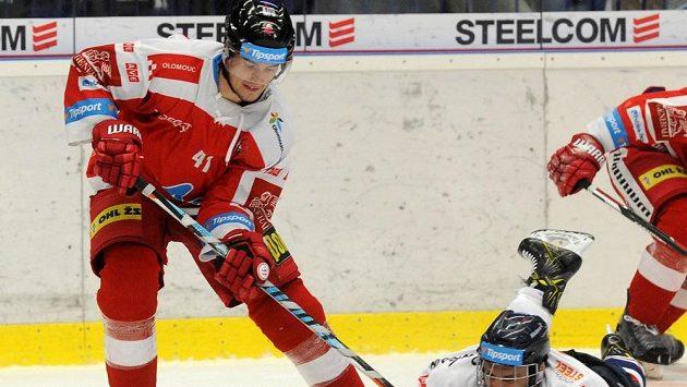 Útočník Petr Strapáč (vlevo v souboji s Karolem Slobodou) se poprvé od přestupu do Olomouce vrátil na vítkovický led.