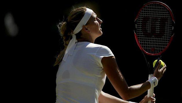 Česká tenistka Petra Kvitova se chystá na podání v zápase třetího kola Wimbledonu proti Jeleně Jankovičové ze Srbska.