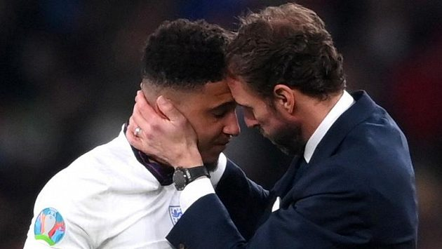 Obrovské zklamání v táboře fotbalové Anglie po porážce ve finále EURO. Trenér anglických fotbalistů Gareth Southgate vzal na sebe plnou zodpovědnost za neúspěšný penaltový rozstřel ve finále mistrovství Evropy s Itálií.