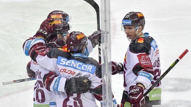 Hokejisté Sparty se radují z gólu proti Mladé Boleslavi.