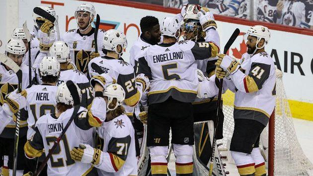 Hokejisté Vegas děkují brankáři Fleurymu, který ve druhém zápase finále Západní konference proti Winnipegu pustil jen jeden gól a připsal si 30 zákroků.