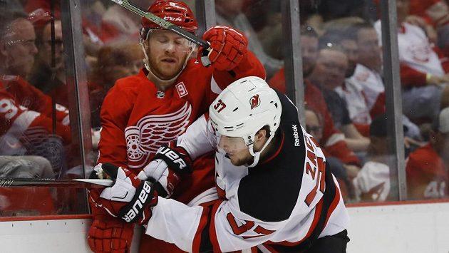 Hokejista New Jersey Devils Pavel Zacha (37) svádí souboj s obráncem Detroitu Red Wings Nickem Jensenem během utkání NHL. Trenér hokejové reprezentace počítal se Zachou pro letošní MS, hráč ale neprošel v klubu zdravotní prohlídkou.