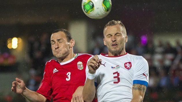 Maďarský zadák Vilmos Vanczák (vlevo) v souboji s Michalem Kadlecem.