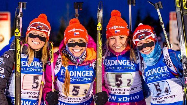 České biatlonistky (zleva) Eva Puskarčíková, Gabriela Soukalová, Lucie Charvátová a Veronika Vítková po triumfu ve štafetě v Presque Isle.