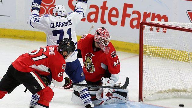 David Clarkson z Toronta se raduje z gólu, vpravo překonaný brankář Ottawy Robin Lehner, vlevo jeho spoluhráč Mark Stone.