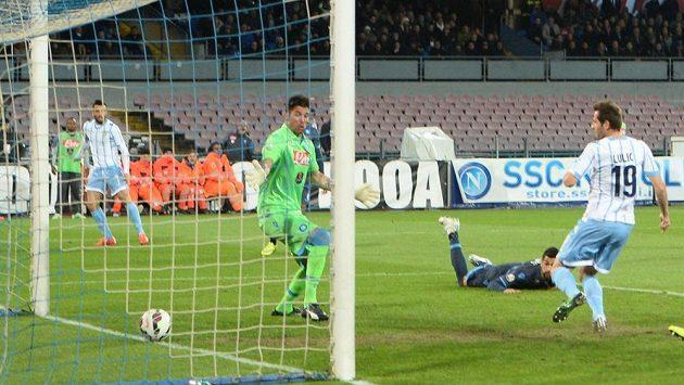 Senad Lulic z Lazia Řím skóruje v zápase s Neapolí.