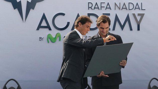 Švýcarský tenista Roger Federer (vpravo) na snímku se Španělem Rafaelem Nadalem.