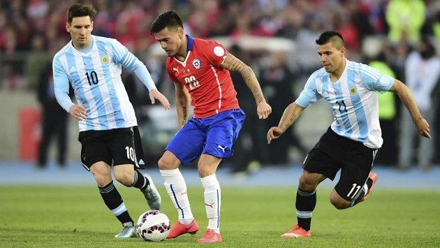 Charles Aránguiz si kryje míč před Lionelem Messim a Sergiem Agüerem z Argentiny.