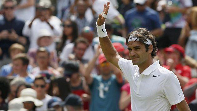 Švýcarský tenista Roger Federer zdraví diváky po vítězství nad Italem Paolem Lorenzim.