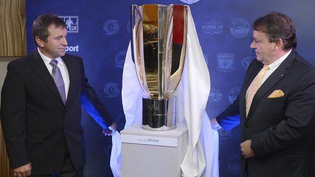 Prezident Českého svazu ledního hokeje Tomáš Král (vpravo) a ředitel hokejové extraligy Josef Řezníček nový Pohár T. G. Masaryka pro vítěze play off.