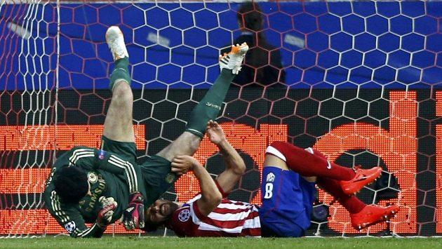 Gólman Chelsea Petr Čech (vlevo) při kolizi s hráčem Atlétika Raulem Garciou, po níž pro českého brankáře semifinále Ligy mistrů skončilo.