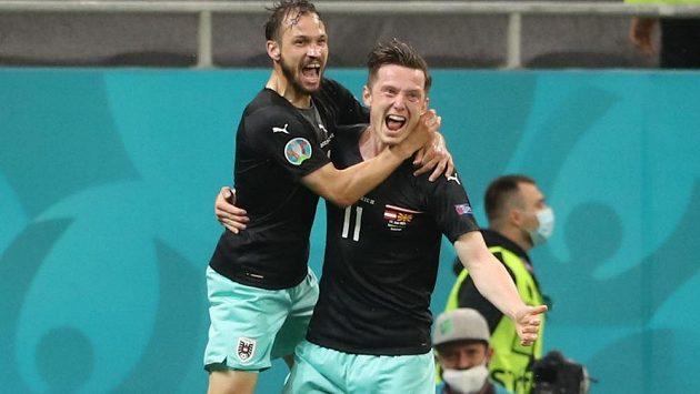 Rakouská radost. Střelec gólu Michael Gregoritsch slaví s Andreasem Ulmerem gól v síti Severní Makedonie na EURO.