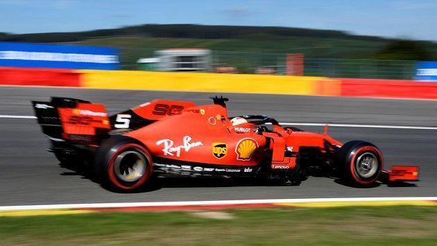 Pilot Ferrari Sebastian Vettel během tréninku ve Spa.