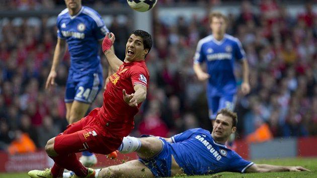 Liverpoolský útočník Luis Suárez v souboji s Branislavem Ivanovičem z Chelsea.