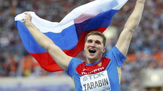 Ruský oštěpař Dmitrij Tarabin se raduje z bronzové medaile z domácího mistrovství světa.