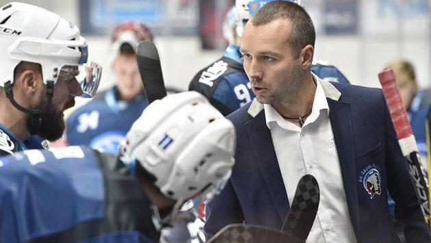 Trenér Plzně Ladislav Čihák mluví s útočníkem Milanem Gulašem během utkání v Brně.