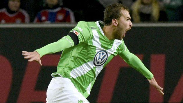 Nizozemský útočník Bas Dost z Wolfsburgu se raduje z gólu.