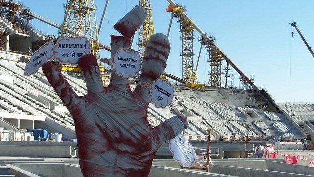 Zahraniční dělníci mají přímo na budoucí ploše Chalífa Stadium varování, že nemají bezpečnost při práci ani na chvíli podcenit.