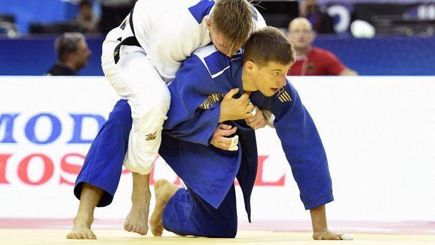 Český judista Ivan Petr (v modrém) v utkání váhy do 81 kilogramů s Dominicem Resselem z Německa na mistrovství světa v judu.