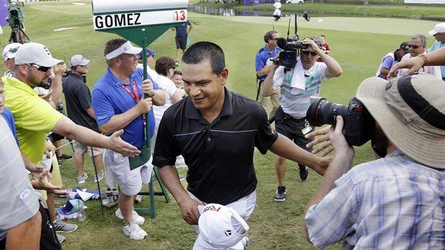 Argentinský golfista Fabian Gómez přijímá gratulace k triumfu v turnaj FedEx St. Jude Classic v Memphisu.