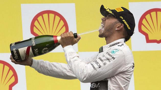 Lewis Hamilton slaví triumf ve Velké ceně Belgie.