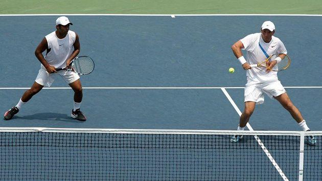 Indický tenista Leander Paes (vlevo) na archivním snímku s Martinem Dammem.
