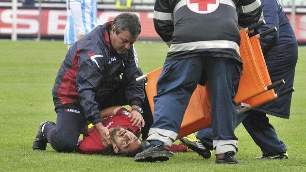 Záchranáři poskytují první pomoc Piermariu Morosinimu, který zkolaboval na hřišti během zápasu druhé italské ligy mezi Pescarou a Livornem.