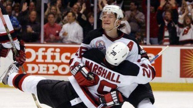 Patrik Eliáš zNew Jersey Devils blahopřeje spoluhráči Grantovi Marshallovi. Ďáblové vyhráli první finále Stanley Cupu 3:0.