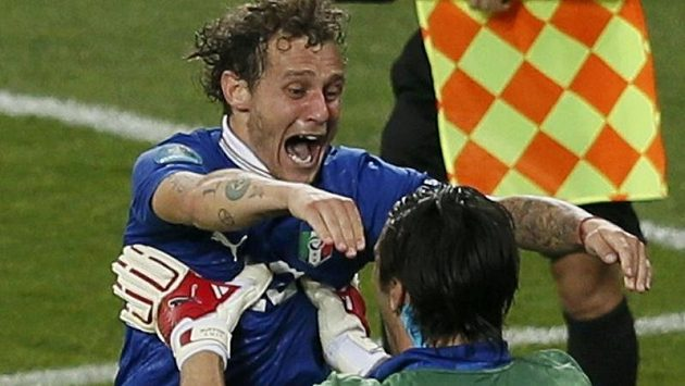 Střelec rozhodující penalty Alessandro Diamanti se spolu s brankářem Gianluigim Buffonem radují z postupu Itálie do semifinále Eura